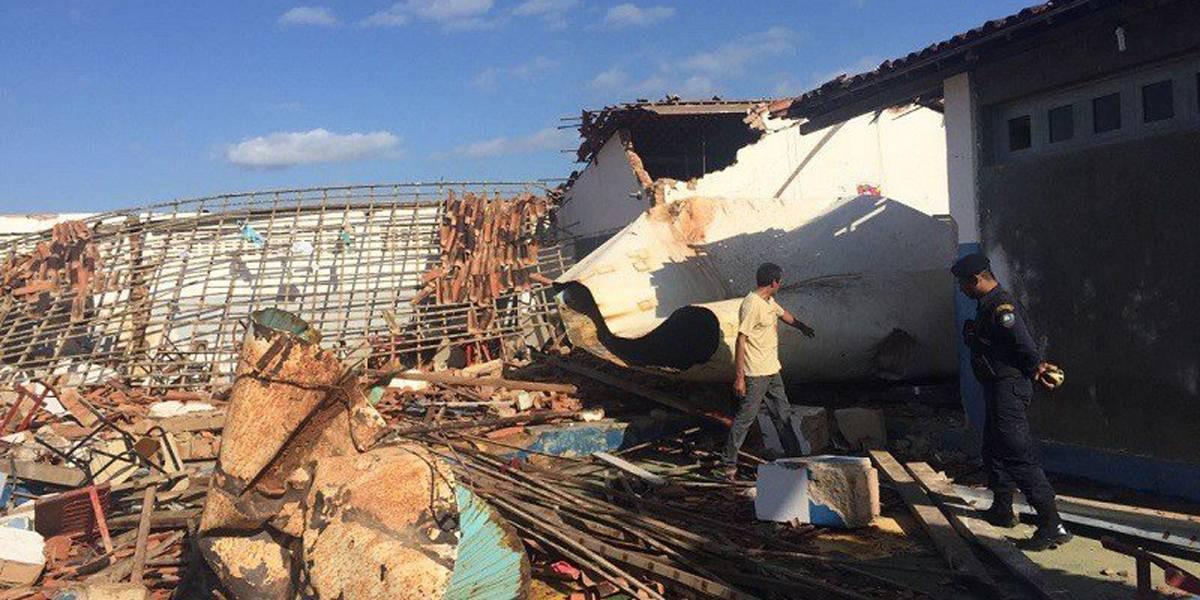 Duas crianças morrem após caixa d'água desabar sobre escola em Sergipe