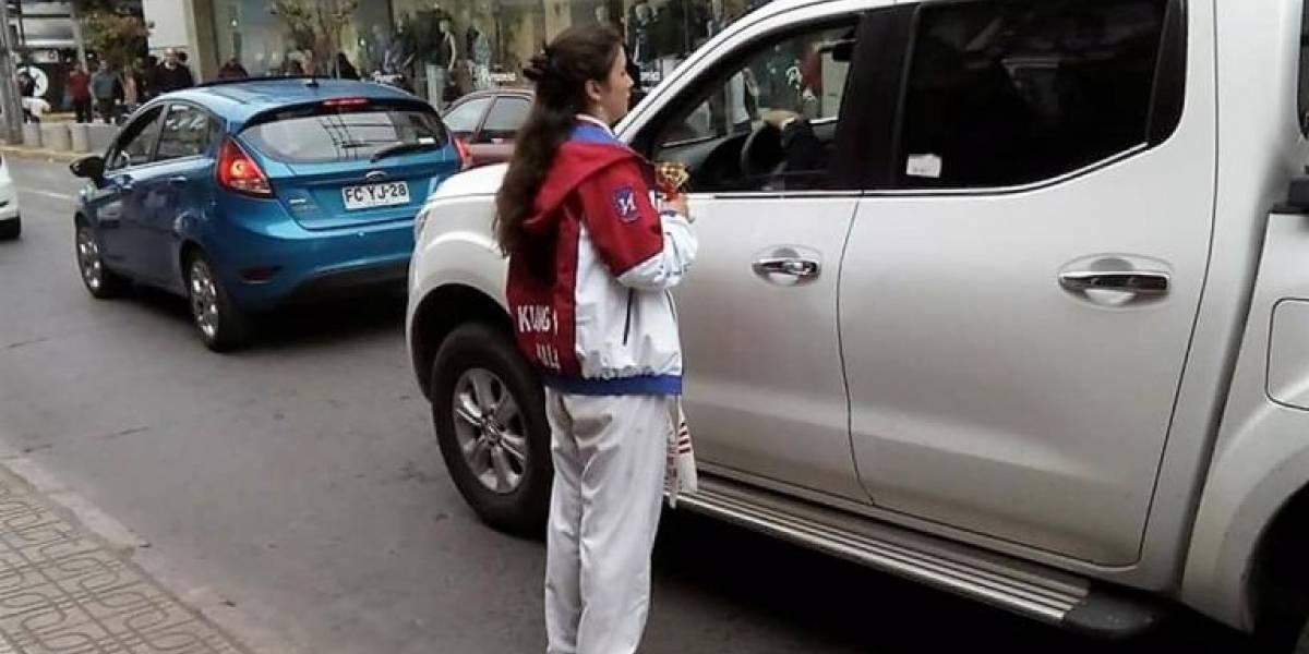 Sólo pasa en Chile: joven campeona mundial de Kung Fu debe pedir dinero en la calle para poder viajar a representarnos
