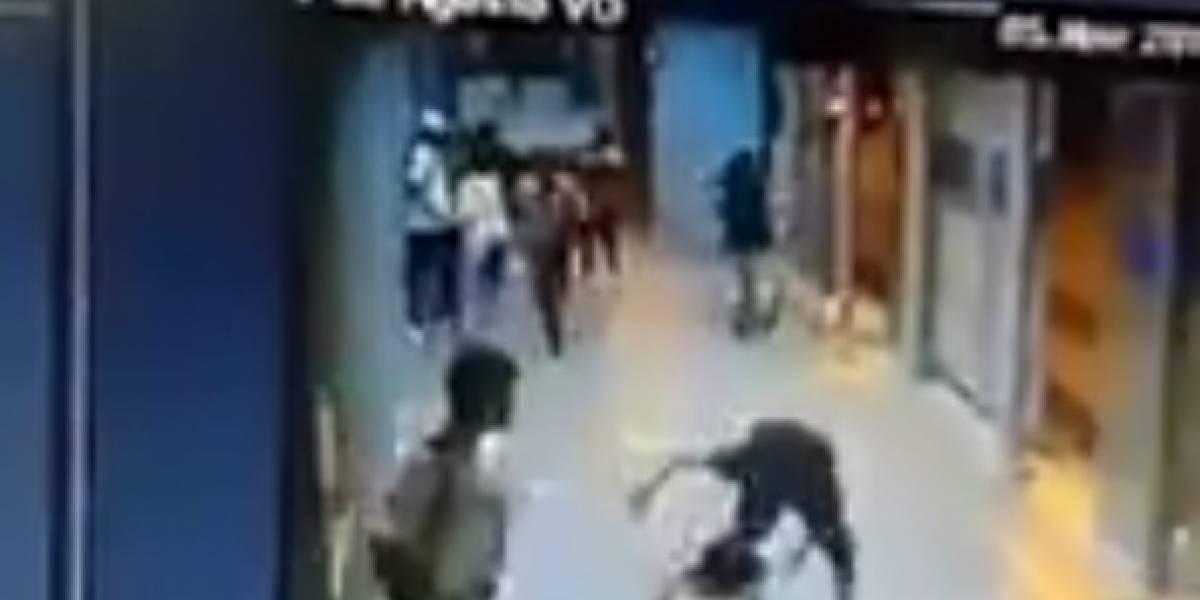 Video: delincuente apuñala mujer por robarle el celular en estación del MIO