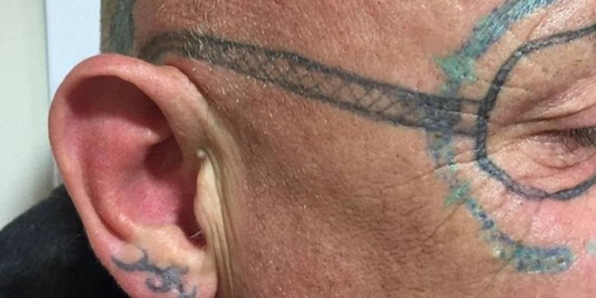 Se emborrachó con unos amigos y cuando despertó tenía la cara tatuada