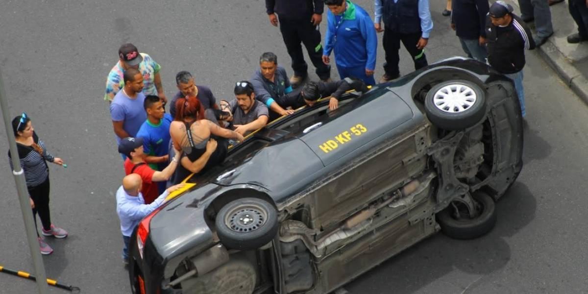 Violento accidente: chofer de taxi atropelló a un peatón y se volcó en pleno centro de Santiago