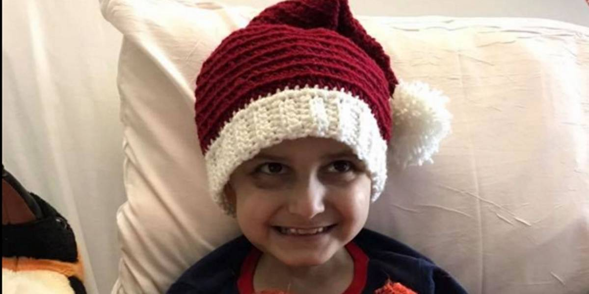 Menino com câncer terminal antecipa celebração do Natal e recebe centenas de cartões