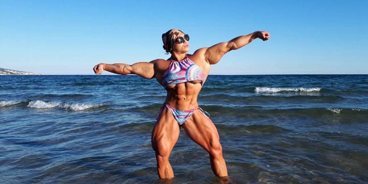 Campeã em levantamento de peso se aposenta por 18 meses e volta com físico surpreendente