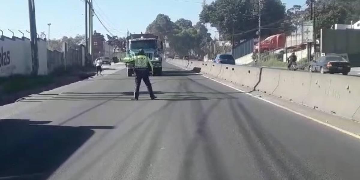 VIDEO. Conductor de tráiler casi atropella a PMT por no acatar señal de alto