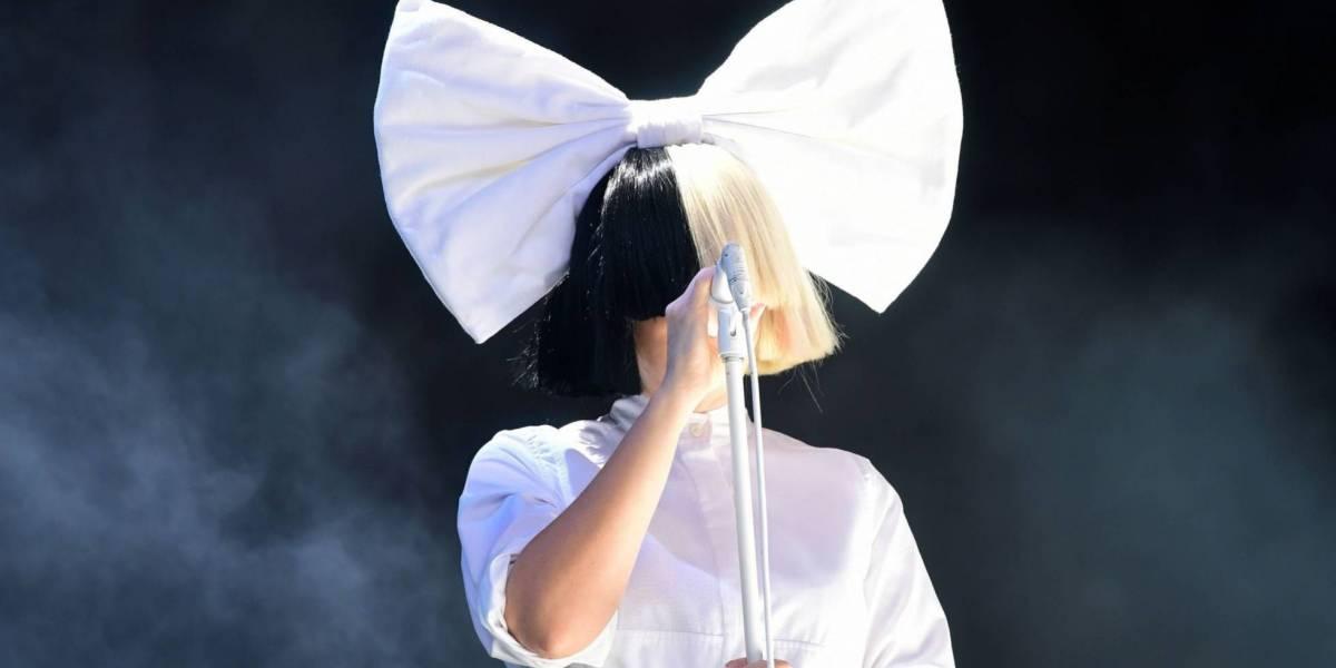 Sia publica foto desnuda en Instagram para evitar que se la vendan a sus fanáticos