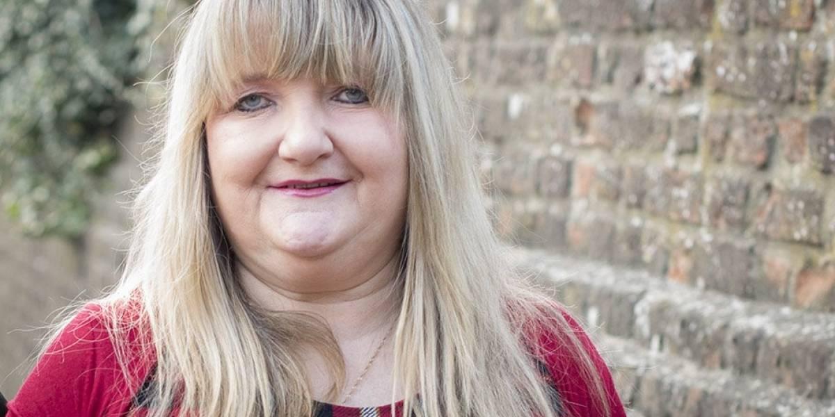 La mujer que perdió su empleo de 21 años y quedó casi en bancarrota por publicar una foto en Facebook
