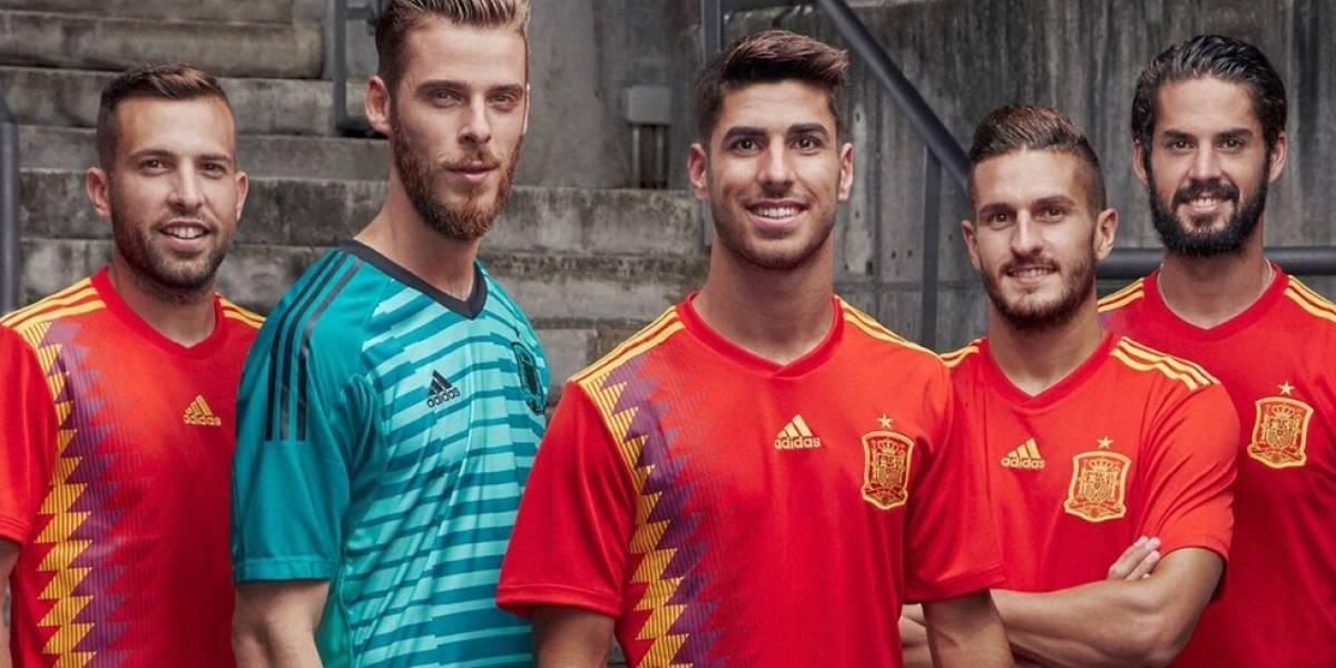¿Por qué provocó tanta polémica en España el efecto óptico que hace que el azul de la nueva camiseta de la selección de fútbol se vea morado?