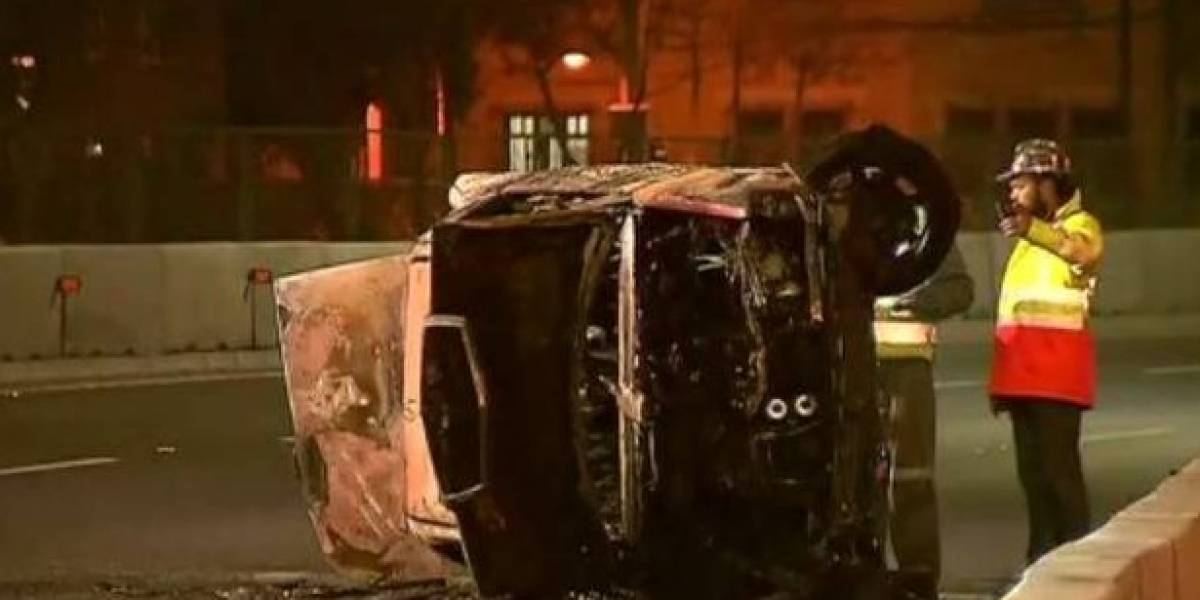 Dos heridos graves por quemaduras al volcar vehículo en Autopista Central