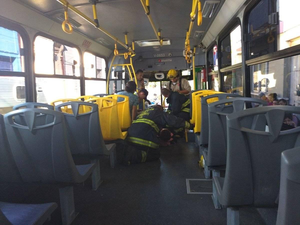 La emergencia fue atendida por paramédicos de la Cruz Roja y Bomberos de Guadalajara. FOTO: Cortesía