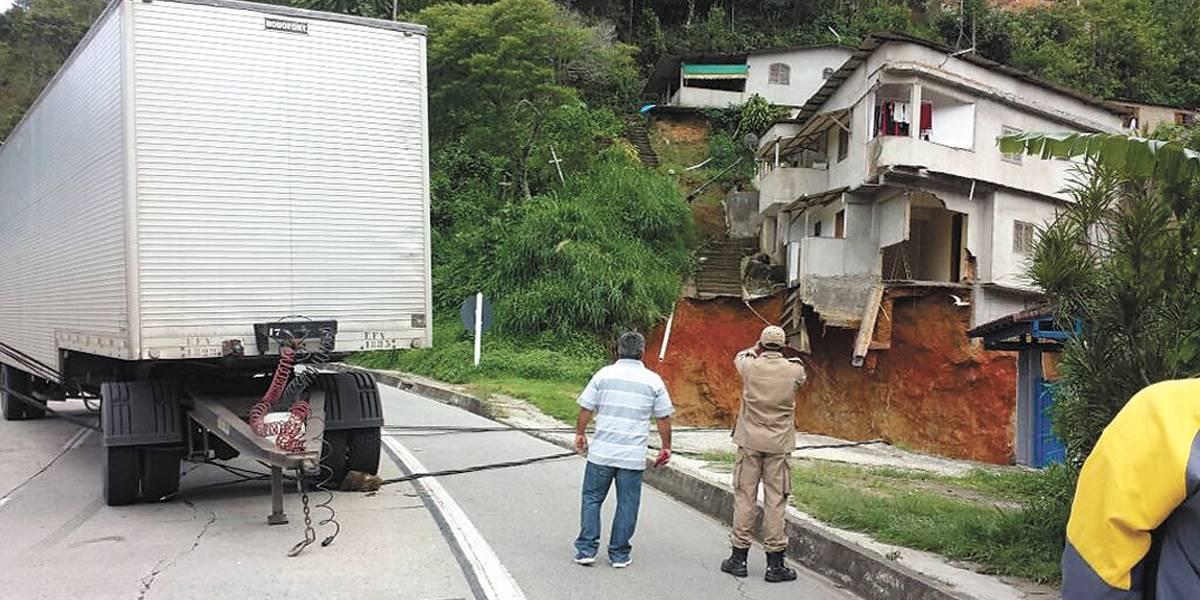 Deslizamento de terra interdita 50 casas na serra de Petrópolis