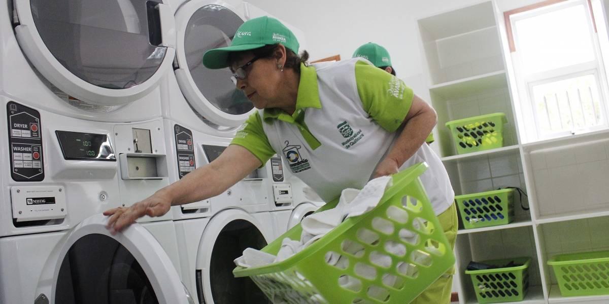 Inauguran lavandería popular para abuelitos: ahora su vida será más colorida