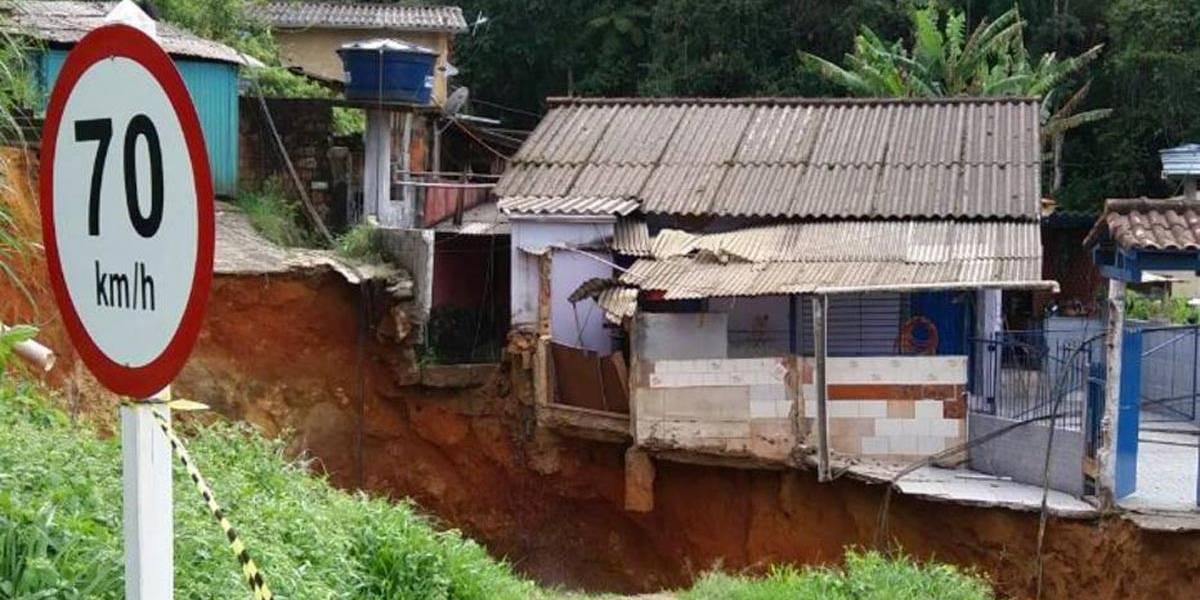 Cratera de sete metros causa desmoronamento de casa em Petrópolis