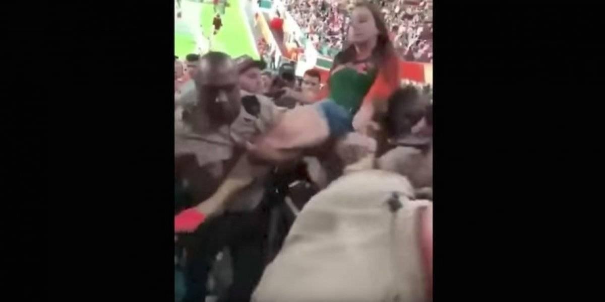 VIDEO. Policía pega un fuerte puñetazo en el rostro a una aficionada