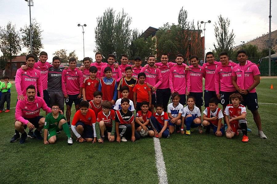 Casi la totalidad del plantel de la UC participó en la actividad en el estadio Municipal de Renca / Foto: Photosport