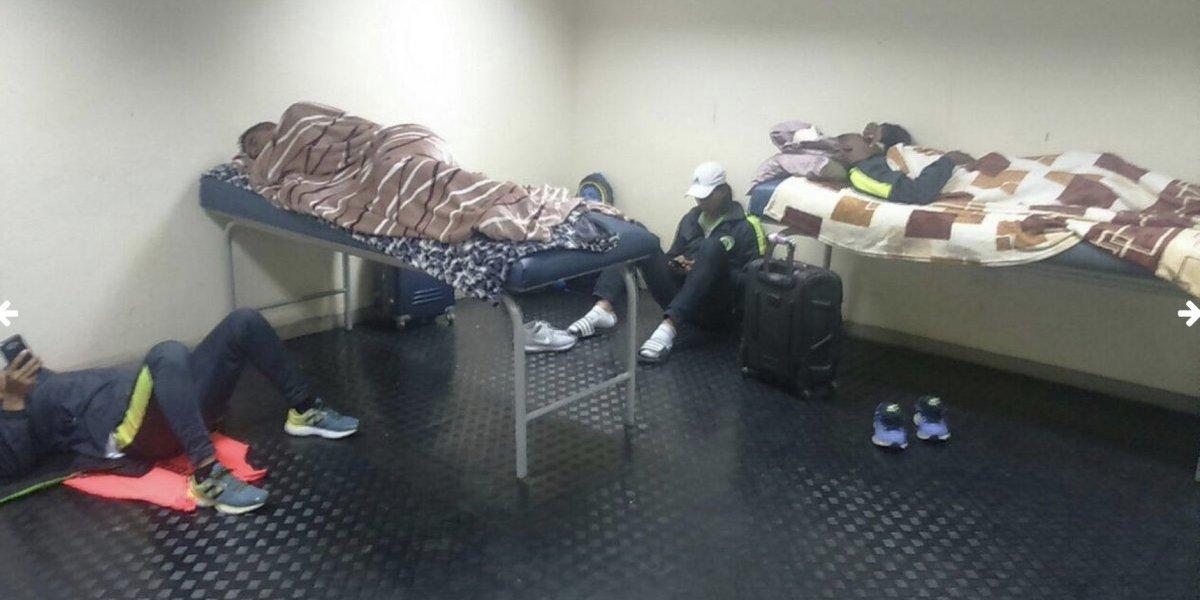 Equipo de futbol profesional duerme en el vestidor del estadio por no tener dinero