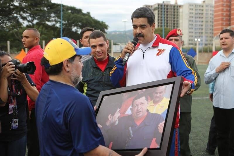 Maradona es ídolo en Venezuela y Maduro lo recibió con una pichanga (Foto: EFE)