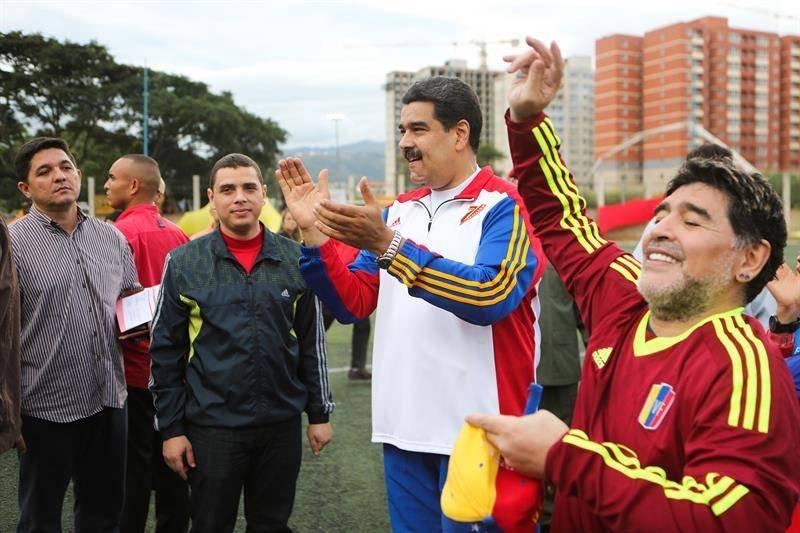 Maradona y Maduro jugando una pichanga en Caracas (Foto: EFE)