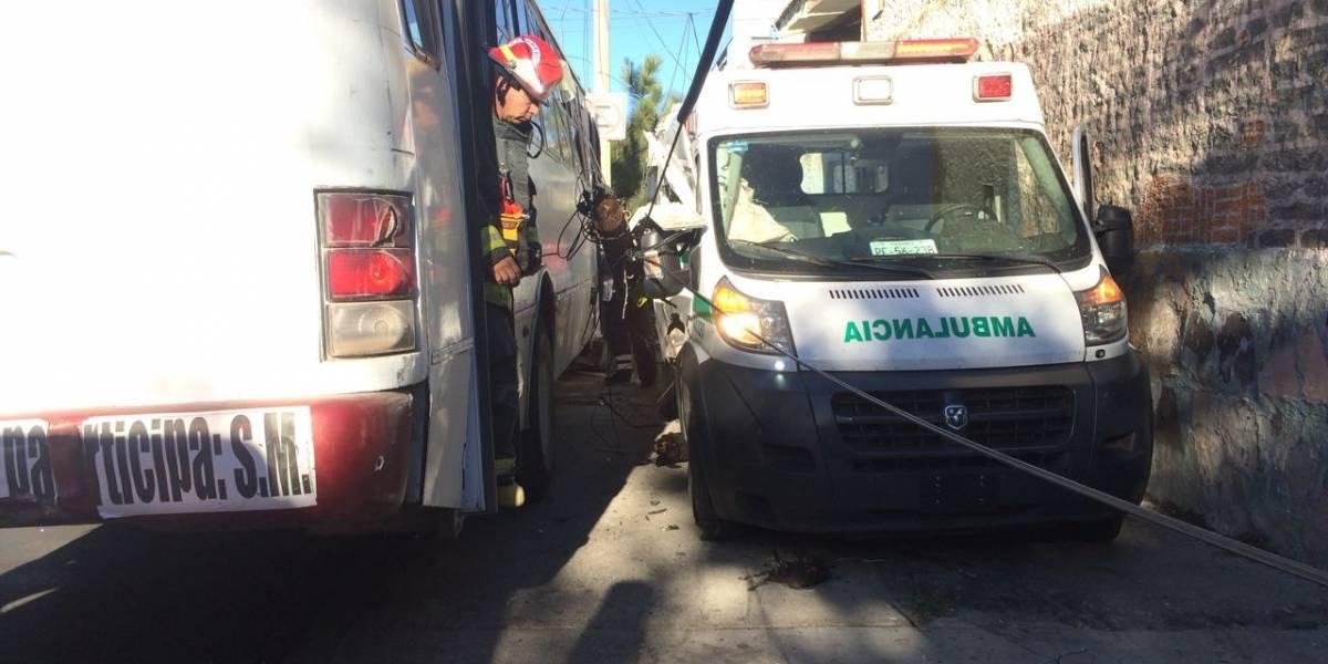 Ambulancia fue impactada por unidad del transporte público