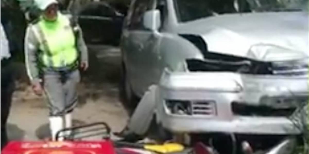 Conductor pierde control, embiste motocicleta y maniobra para no herir personas en avenida Reforma