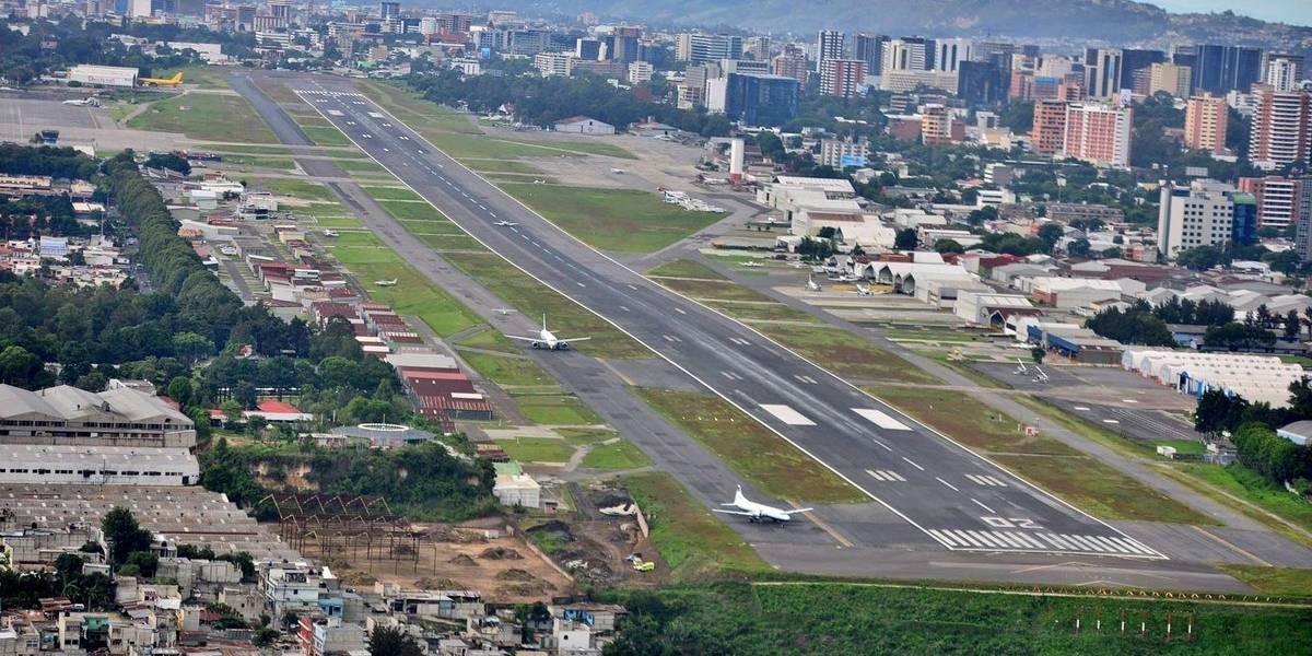 Suspenden operaciones en aeropuerto La Aurora por densa neblina