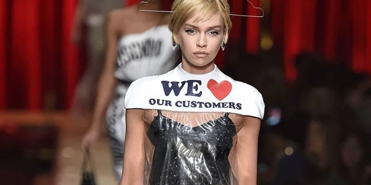 El polémico vestido que parece una bolsa de plástico y por el que la gente está pagando más de $700