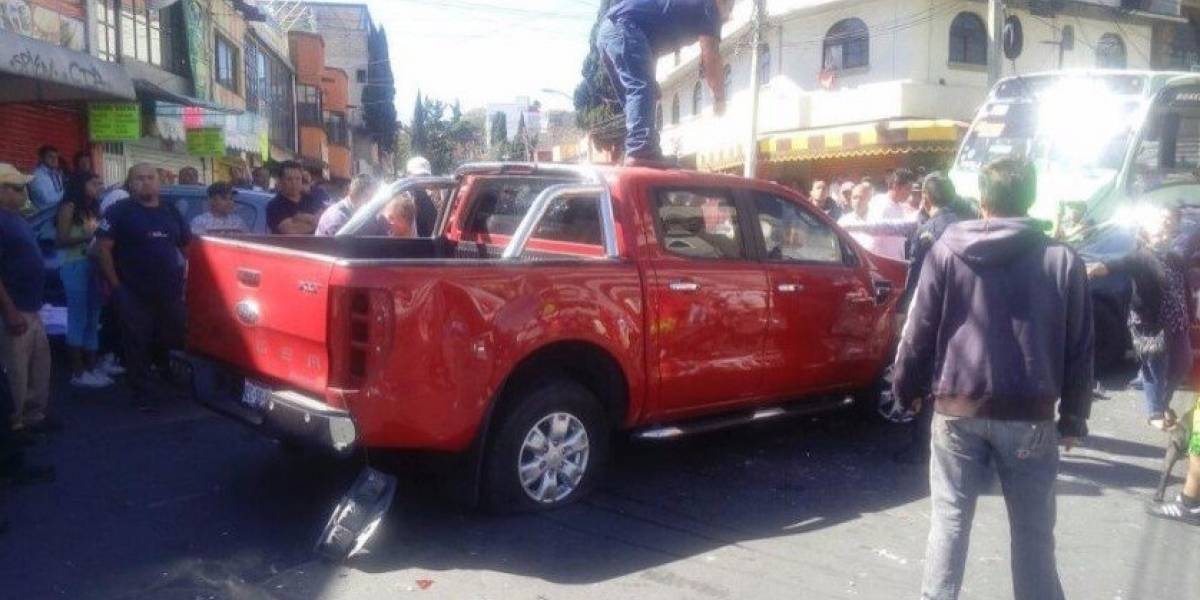 Camioneta embiste a manifestantes en la Avenida Centenario