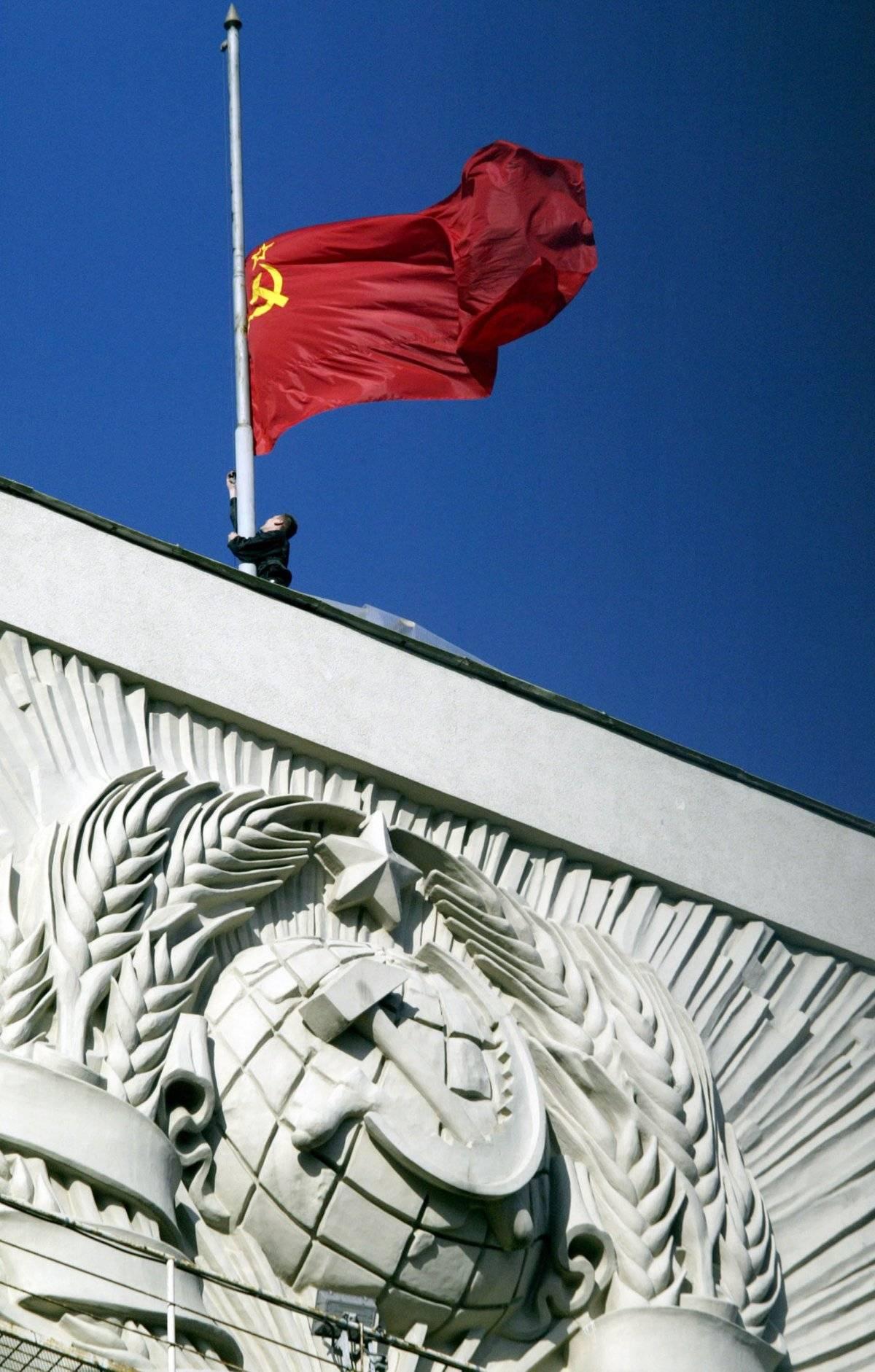La bandera soviética flamea sobre la Duma Estatal el 7 de noviembre de 2003, dos años antes de que Putin suspendiera las conmemoraciones de la Revolución Rusa.