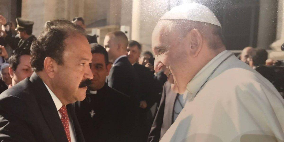 Secretario de Salud de la CDMX le lleva al Papa 'El Médico en tu Casa'