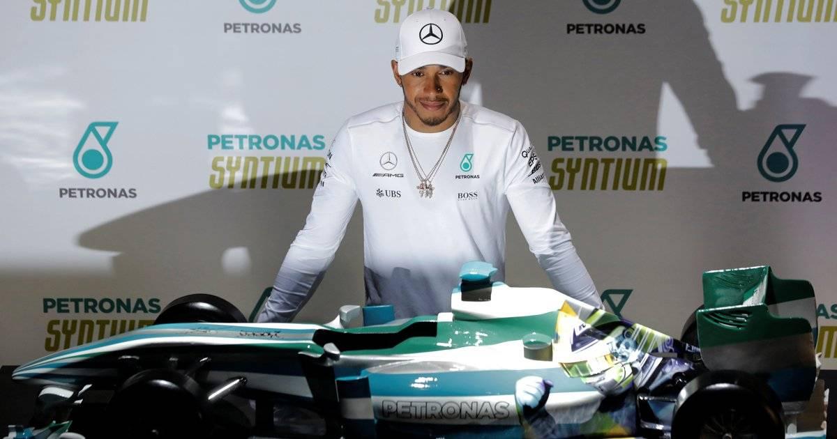 Hamilton recebe miniatura de um Fórmula 1