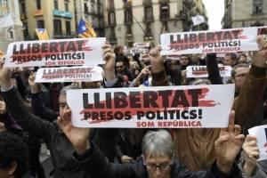 manifestantescataluna3-a5e3d52f04f11c04a30bdb6496486302.jpg