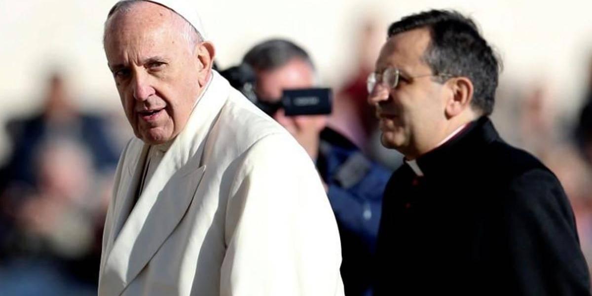 Papa repreende padres e bispos que tiram fotos com celulares durante missas