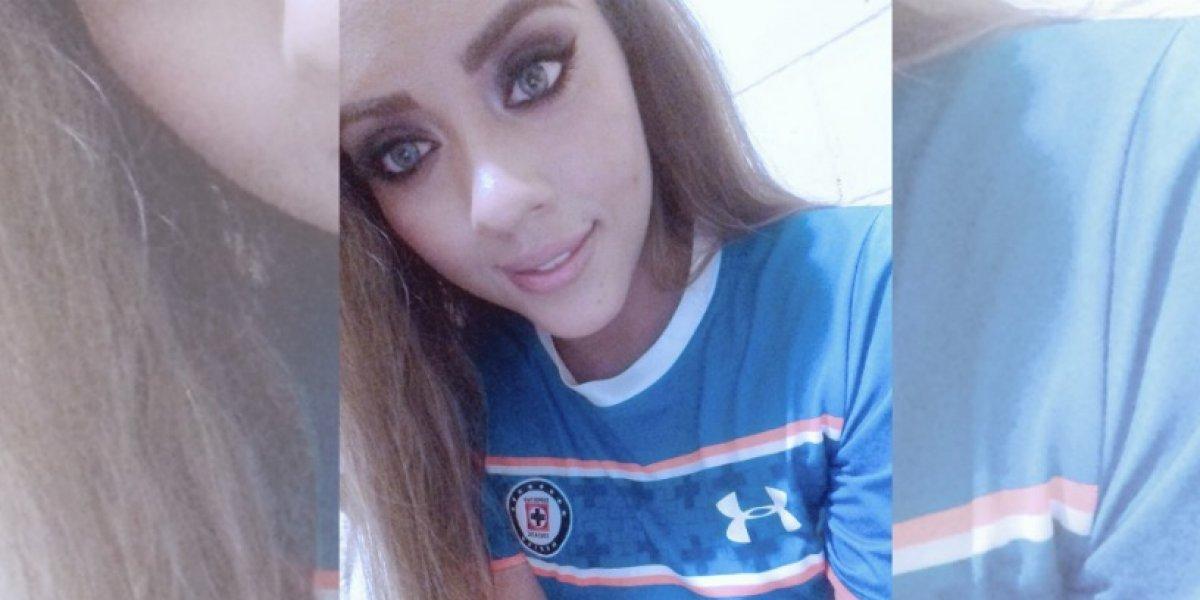 Aficionada celeste vende besos para asistir a juego del Cruz Azul