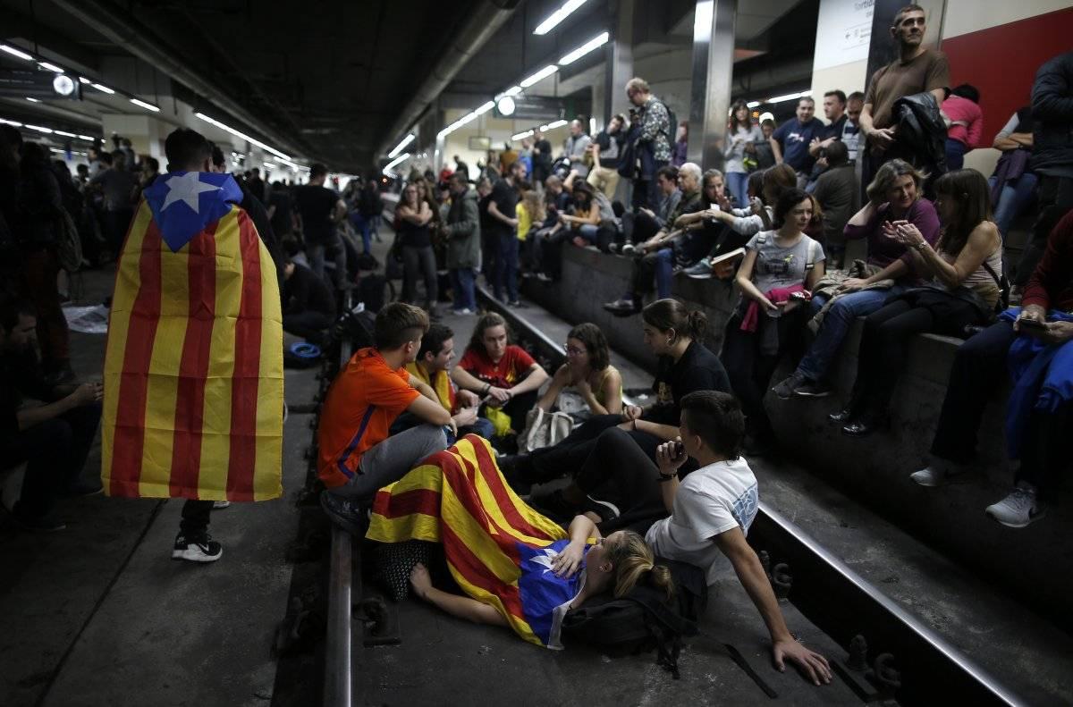 Los manifestantes con esteladas, o banderas catalanas independentistas, bloquean el AVE de alta velocidad en la estación de trenes de Sants durante una huelga general en Barcelona, España, el miércoles 8 de noviembre de 2017. Foto: AP