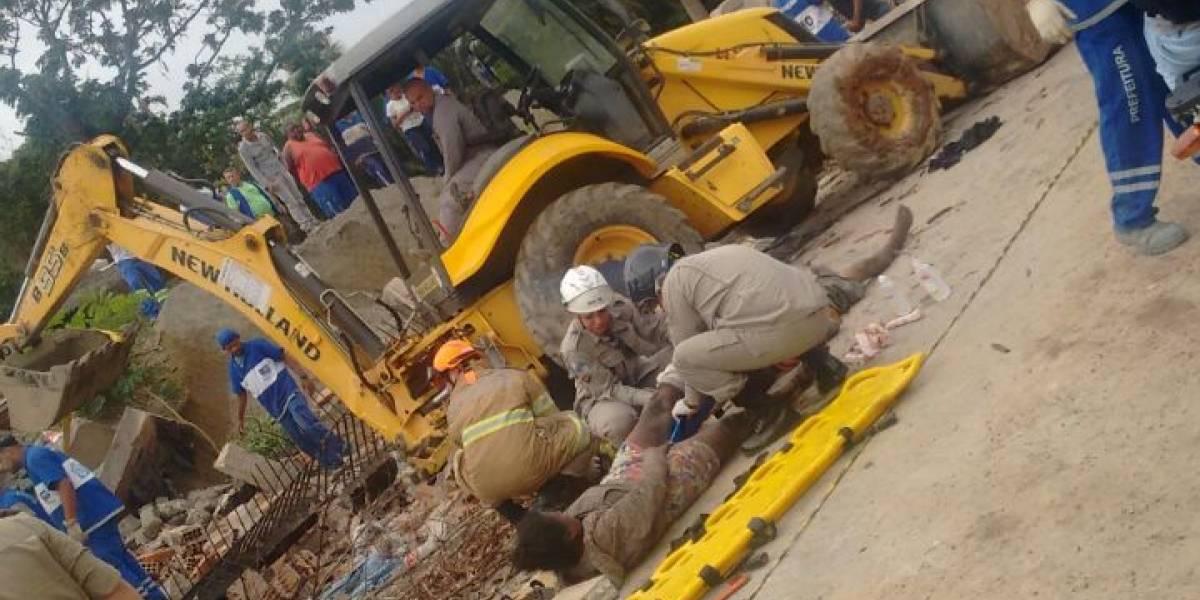 Muro desaba em cima de moradores de rua no Rio; uma pessoa morreu