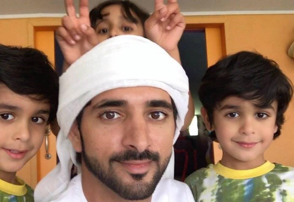 Carinhoso com a família, Fazza esbanja nas selfies ao lado dos sobrinhos | Reprodução/Instagram