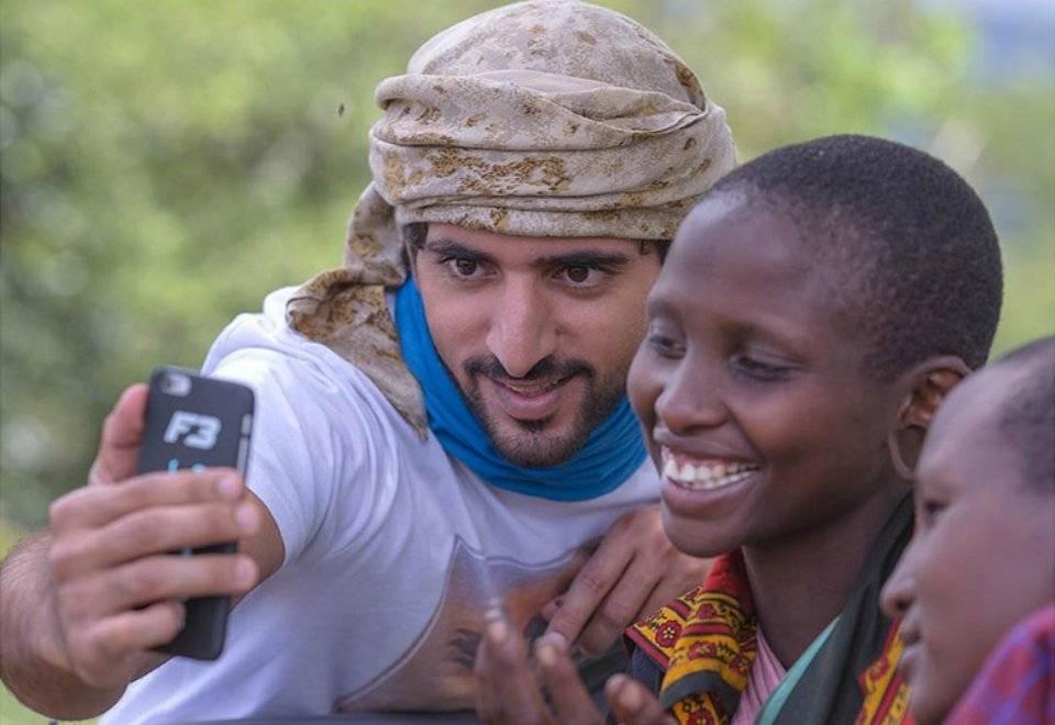 O príncipe árabe viaja pelo mundo em ações sociais. Aqui, um registro de sua visita à Tanzânia | Reprodução/Instagram