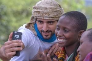 O príncipe árabe viaja pelo mundo em ações sociais. Aqui, um registro de sua visita à Tanzânia
