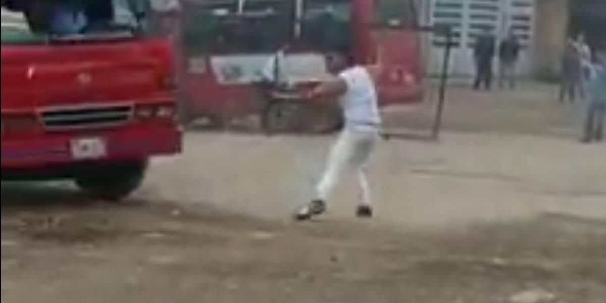 Video: Conductor daña con cruceta el bus de otro por guerra del centavo