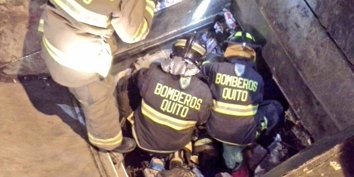 Bomberos rescatan a hombre atrapado dentro de un contenedor de basura