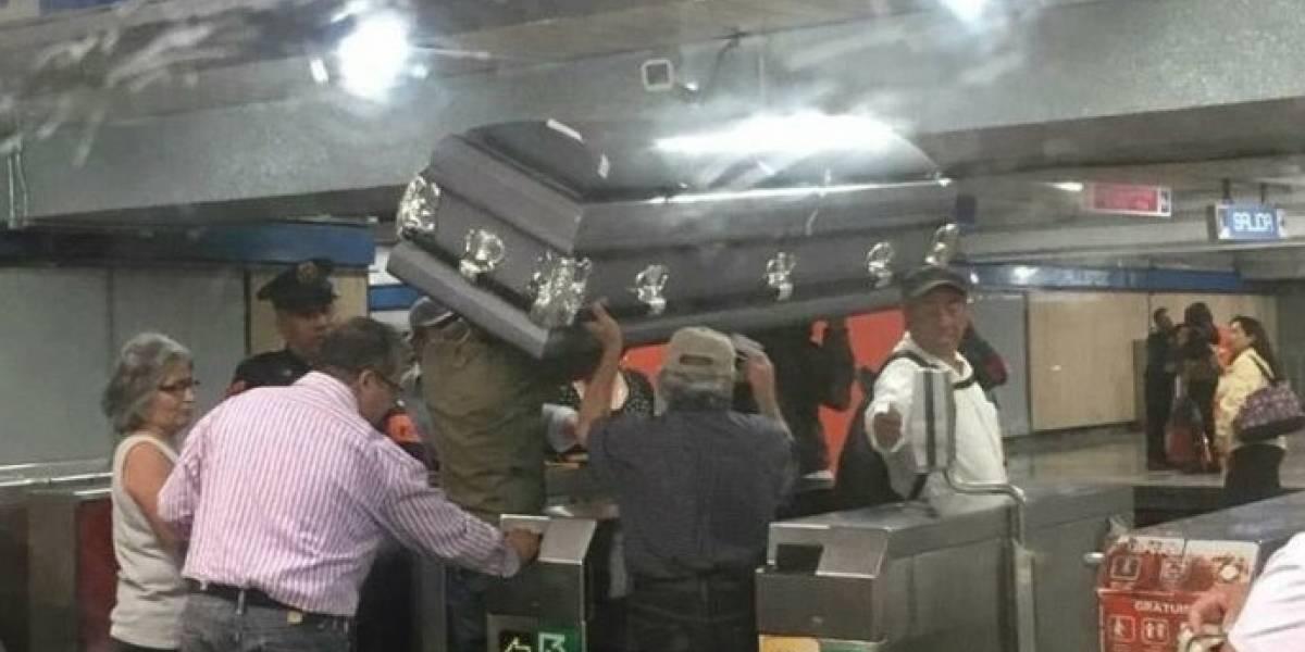 No tenían dinero para pagar la carroza fúnebre y decidieron llevar el ataúd en metro hasta el cementerio