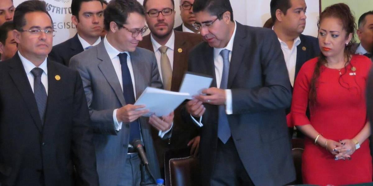 Morena 'toma' la tribuna de la ALDF; legisladores sesionan en sede alterna