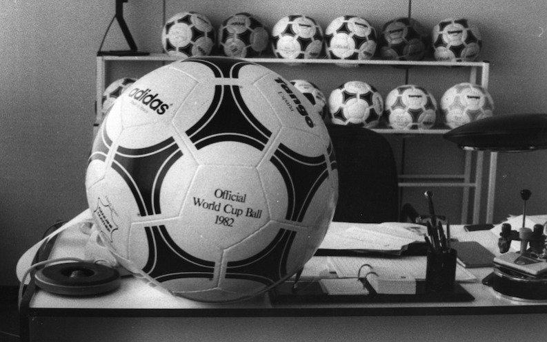Adidas Tango España fue el balón que se ocupó durante el Mundial de 1982 celebrado en España, además de ser el primer balón impermeable en la historia/Getty Images