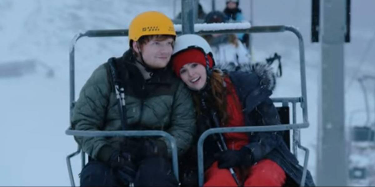 Ed Sheeran é um amigo apaixonado no clipe de Perfect; confira