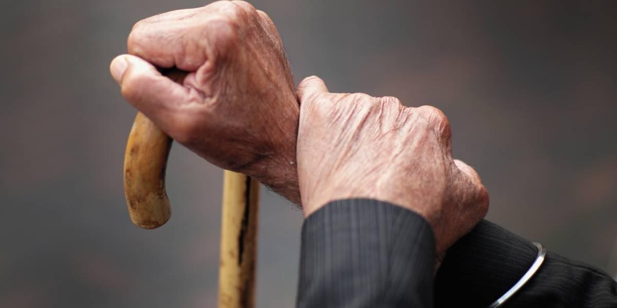 Contralor pide no seguir subiendo los años para pensión