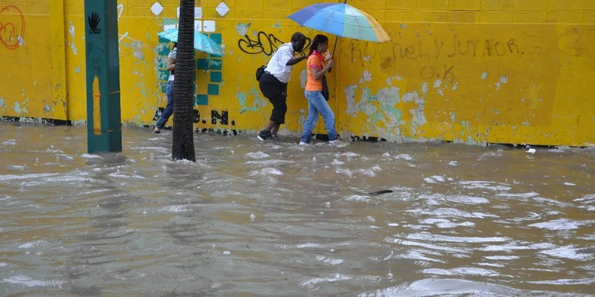 Suben a 22 las provincias bajo alerta por aguaceros, que siguen