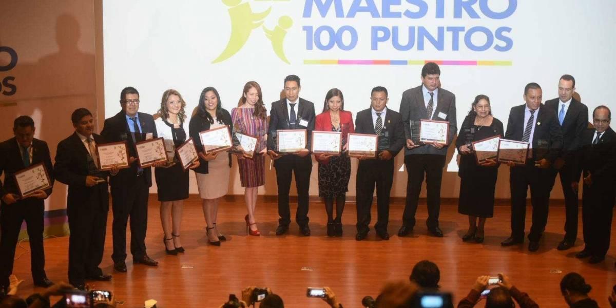 Docentes y directores son premiados por su esfuerzo y dedicación y son #Maestros100puntos