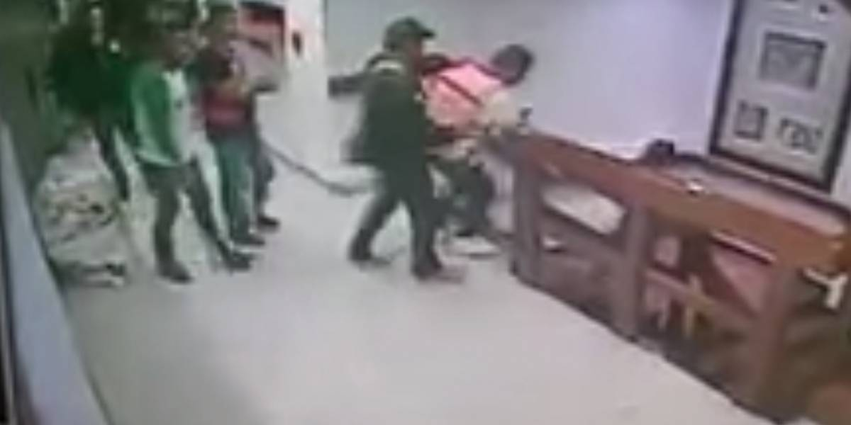 VIDEO. Secuestrador intentó suicidarse lanzándose por las escaleras de un edificio en México