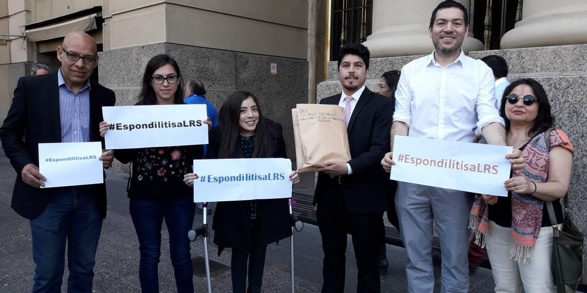 Entregan 27 mil firmas para incluir la espondilitis en Ley Ricarte Soto