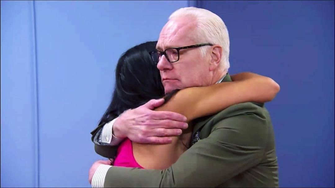 Margarita Álvarez abraza a Tim Gunn, luego de que el mentor utilizara su único veto al jurado para salvar a la diseñadora boricua de la eliminación. / Facebook: Margarita Álvarez