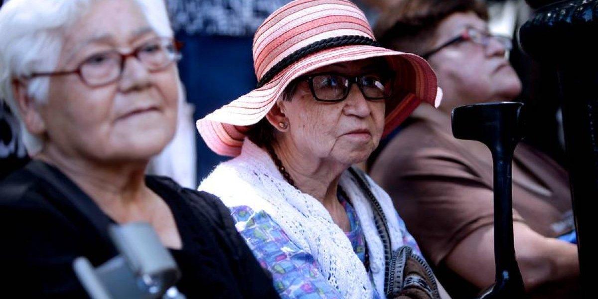 Severas diferencias en precios de productos para adultos mayores: medicamento puede costar hasta $44 mil más